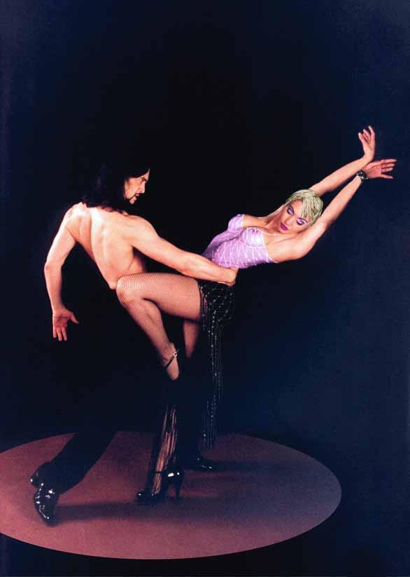 Белые ноги стройные Бархатный пурпур топтали, Когда мы с тобой запойно Танго в ночи танцевали.